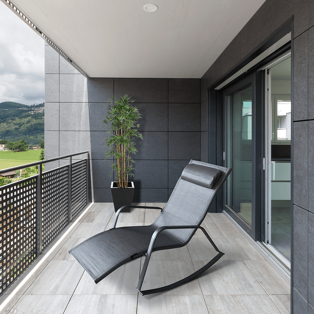 elvio-zahradne-hojdacie-kreslo-siva-balkon